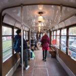 Innenansicht einer alten Straßenbahngarnitur in Mailand