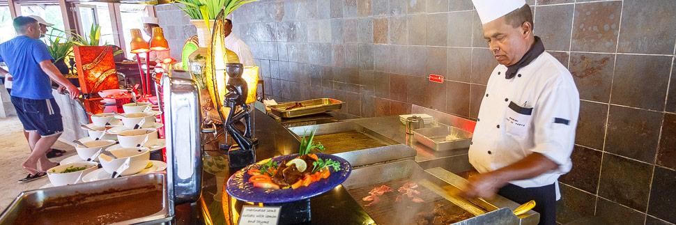 Ein Koch im Restaurant auf Meeru (Malediven)