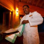 Ein Kellner serviert eine heiße Meeresfrüchteplatte im Asian Wok Restaurant auf der Insel Meeru (Malediven)