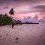 Die Insel Meeru (Malediven) bietet das ideale Umfeld für romantische Spaziergänge während des Sonnenuntergangs