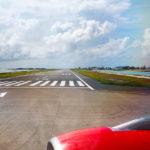Die Start- und Landebahn auf dem Flughafen Malé