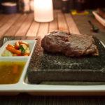 Ein Steak zum Selberbraten im Hot Rock Restaurant auf der Insel Meeru (Malediven)