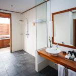 Badezimmer in der Jacuzzi Water Villa