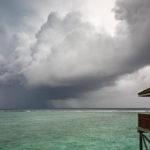 Bedrohliche Wolken ziehen vor der Jacuzzi Water Villa auf