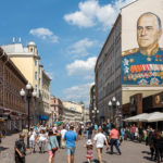 Porträt von UdSSR-Marschall Georgi Schukow auf einer Hauswand auf dem Arbat
