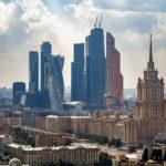 Modernes Stadtviertel Moskau City und der Zuckerbäckerbau Hotel Ukraine, gesehen von der Kalina Bar