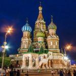 Die beleuchtete Basilius-Kathedrale auf dem Roten Platz