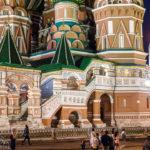 Detailansicht der beleuchteten Basilius-Kathedrale auf dem Roten Platz