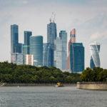 Das moderne Stadtviertel Moskau City, gesehen während einer Bootsfahrt auf der Moskwa