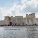 Gebäude des Verteidigungsministerium der Russischen Föderation, gesehen während einer Bootsfahrt auf der Moskwa