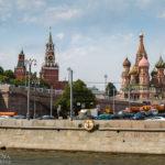 Der Kreml und die Basilius-Kathedrale, gesehen während einer Bootsfahrt auf der Moskwa