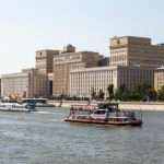 Blick vom Gorki-Park auf den Fluss Moskwa und das Gebäude des Verteidigungsministerium der Russischen Föderation