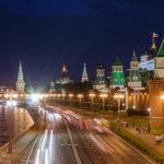 Der beleuchtete Kreml und die Straße Kremlevskaya Naberezhnaya