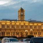 Der beleuchtete Leningrader Bahnhof in Moskau
