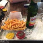 Burger mit Pommes Frites im Lokal Shake Shack auf dem Arbat
