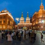 Das Auferstehungstor und das Staatliche Historische Museum vor dem Roten Platz in Moskau