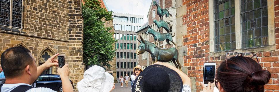 Touristen vor den Bremer Stadtmusikanten