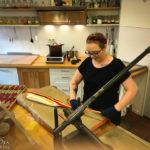 Eine Mitarbeiterin fertigt Bonbons in der Bremer Bonbon Manufaktur an