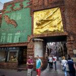 Goldenes Fassadenrelief von Bernhard Hoetger am Beginn der Böttcherstraße
