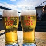 Während der Hafenrundfahrt kann man sich mit einem frisch gezapften Bier entspannen