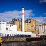 Blick auf die Kellogg's Fabrik während einer Hafenrundfahrt