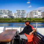 Das moderne Viertel Überseestadt während einer Hafenrundfahrt