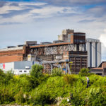 Altes Fabriksgebäude während einer Hafenrundfahrt