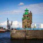Der euchtturm Molenfeuer Überseehafen Süd (auch Mäuseturm genannt) während einer Hafenrundfahrt