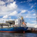 Ein Containerschiff während einer Hafenrundfahrt