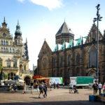 Der Domshof, links die Markthalle Acht und rechts der Bremer Dom St. Petri