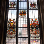 Kunstvolle Fenster in der Oberen Rathaushalle im Bremer Rathaus