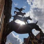 Die Bronzeskulptur der Bremer Stadtmusikanten im Gegenlicht