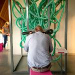 Besucher an einer der praxisorientierten Stationen im Wissenschaftsmuseum Universum
