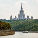 Das Hauptgebäude der Lomonossow-Universität, gesehen während einer Bootsfahrt auf der Moskwa