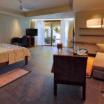 Wohn- und Schlafzimmer in der Beachfront Suite im Hotel Trou aux Biches Beachcomber