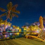 Abendaufnahme des großen Pools im Hotel Trou aux Biches Beachcomber