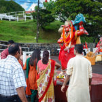 Religiöse Pilger vor der Hanuman-Statue beim Grand Bassin