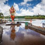 Religiöse Pilger vor der Parvati-Statue beim Grand Bassin
