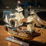 Ein kleines historisches Modellschiff als Mitbringsel aus der Fabrik Historic Marine auf Mauritius