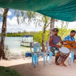 In einem kleinen Strandcafé auf der Insel Île aux cerfs kann man Einheimischen beim Musizieren lauschen