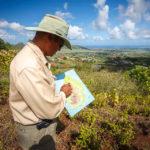 Alain zeigt auf einer Landkarte, wo man sich befindet und was man rundherum sieht