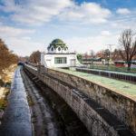 Der Hofpavillon Hietzing neben dem Wienfluss