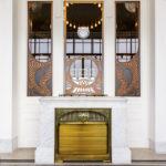 Ein Kamin und Jugendstilfenster im Hofpavillon Hietzing