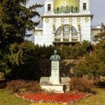 Das Leopold-Steiner-Denkmal vor der Kirche am Steinhof