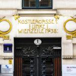 Eingang zum Haus Linke Wienzeile 38/Köstlergasse 1, gestaltet von Koloman Moser