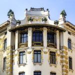 Goldene Ornamente von Koloman Moser und Dachfiguren von Othmar Schimkowitz auf dem Haus Linke Wienzeile 38