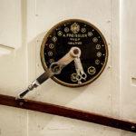 Historischer Bedienungshebel für den Aufzug im Majolikahaus