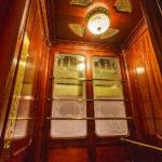 Die alte Aufzugskabine im Majolikahaus