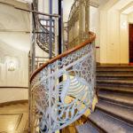 Die Jugendstil-Aufzugsanlage und das Stiegenhaus im Majolikahaus