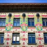 Die detaillierte Keramik-Blütenfassade von Alois Ludwig auf dem Majolikahaus